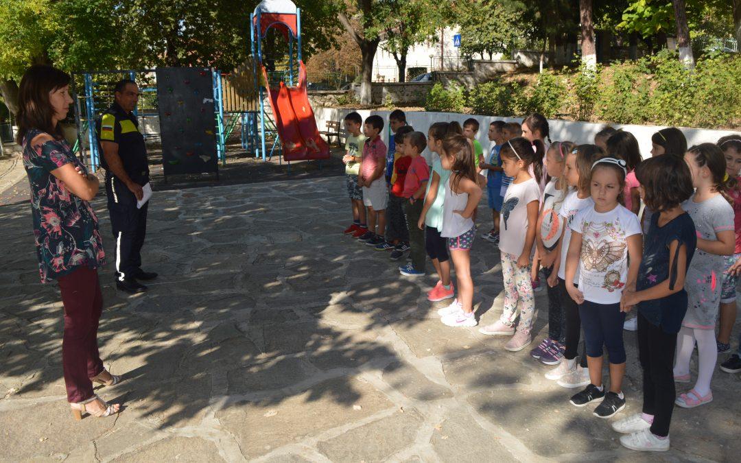 """Урок по безопасност на открито съвместно с първи клас и Районно управление """"Полиция"""""""